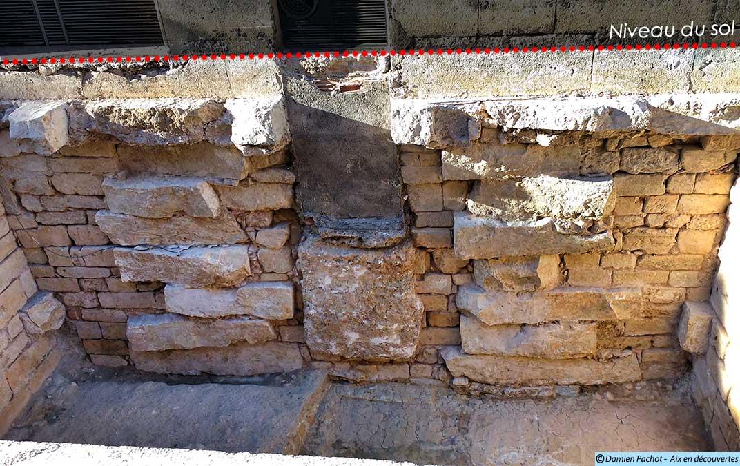 Des blocs de pierres soigneusement empilés sur lesquels repose le palais de justice