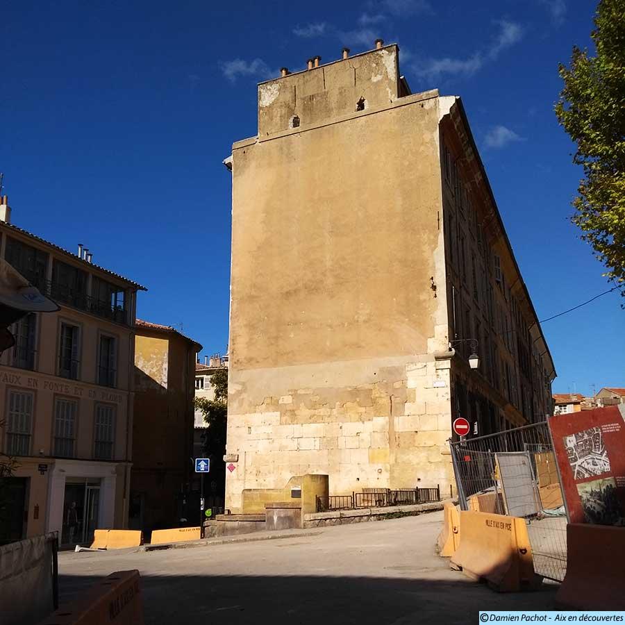 La suppression des arbres au pied de l'immeuble et de la fontaine Jousé d'Arbaud laisse le décor bien vide - (Photo prise le 2 septembre 2017)