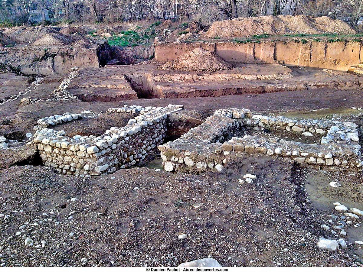 Deux des édifices carrés retrouvés au domaine de la Grassie