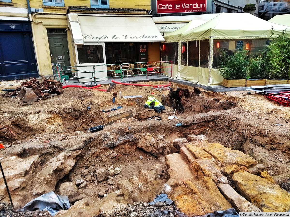 """Des fouilles au ras du café """"Le Verdun"""" sur ma place du même nom - (Photo prise le 1er février 2018)"""