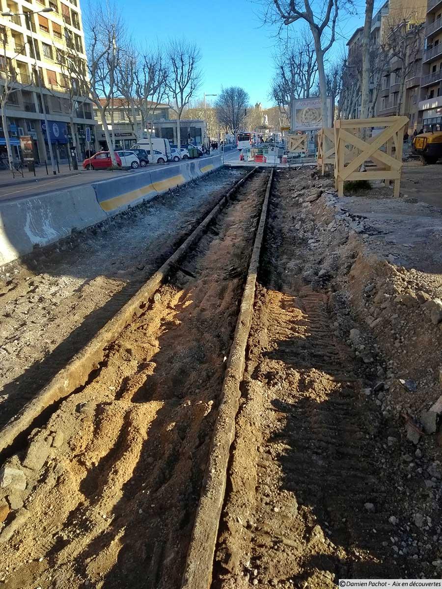 Les rails du tramway dégagés lors des travaux sur l'avenue des Belges - (photo prise le 3 février 2018)