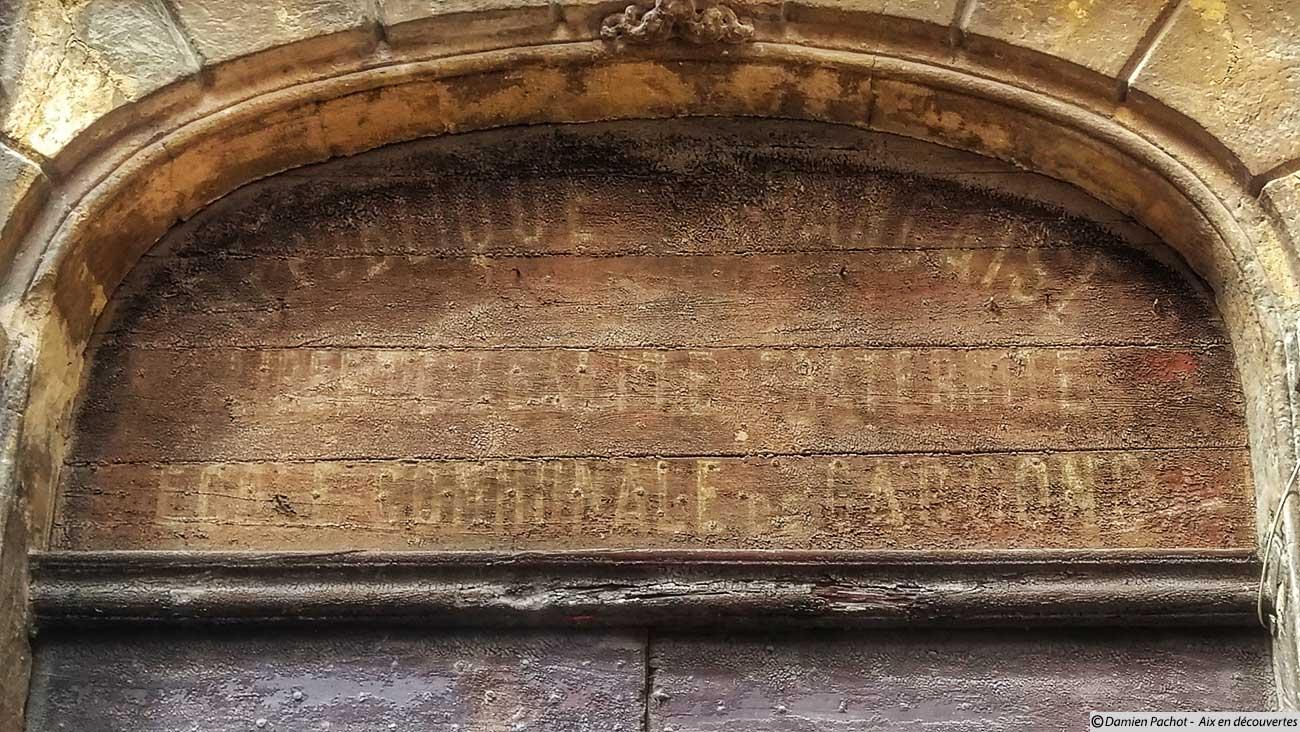 Les inscriptions visibles au dessus de la porte du n°6 rue de Littera