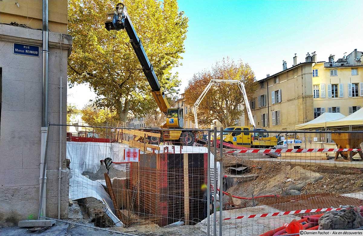 L'ancien emplacement de la fontaine Joseph d'Arbaud est aussi en travaux