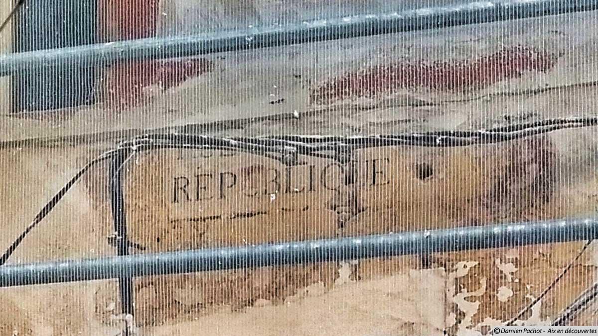 """Le panneau portant mention de l'un des anciens noms de la rue, pendant un temps """"rue de la république"""""""