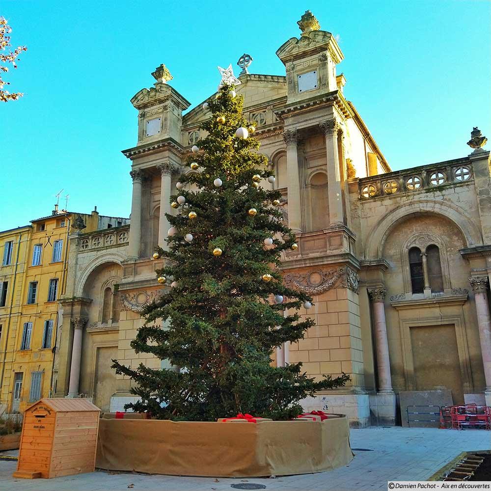 Le sapin de noël su la place des Prêcheurs - Photo pris le 6 décembre 2018