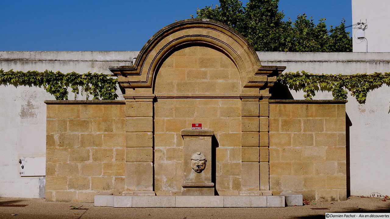La fontaine du square Émile Lagier à l'entré du village - Ancienne fontaine du parc de l'ancien casino municipal