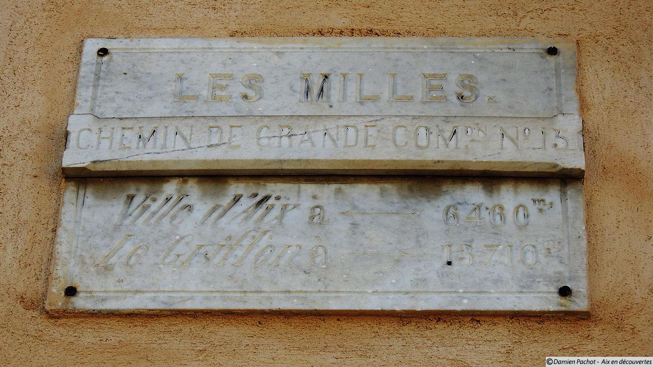 Un ancien panneau indiquant le chemin de Grande Communication n°15