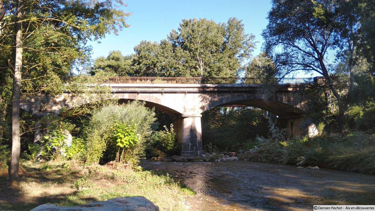Le pont ferroviaire vu depuis la rive sud de l'Arc