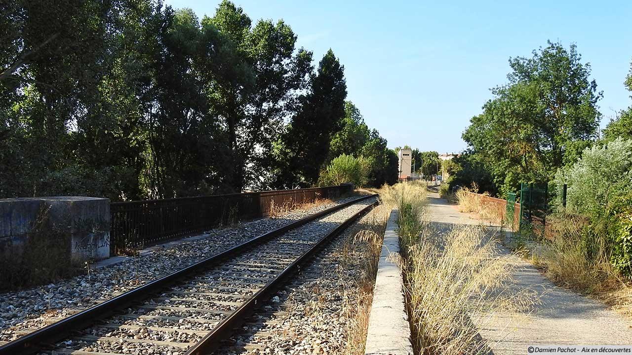 Le pont ferroviaire au dessus de l'Arc aux Milles